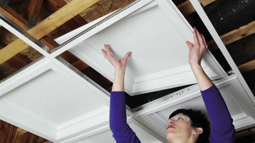 Монтаж плиток из пенопласта на подвесной каркас