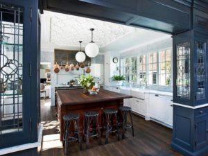 Совмещение в отделке потолка на кухне пенопластовой плитки и других материалов