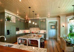 Окрашенная пенопластовая плитка на потолке кухни