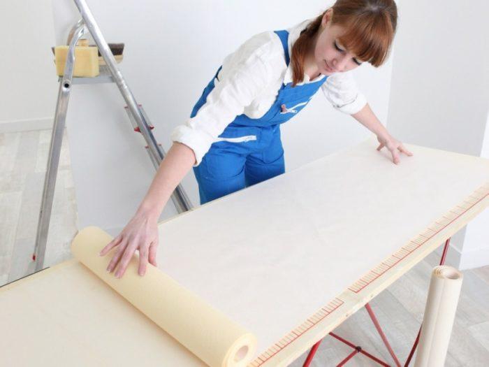 При поклейке полотен с бумажной подложкой — клей наносится и на обои, и на стены