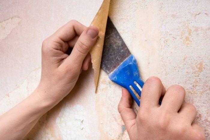 Удаление со стены старого покрытия с помощью шпателя