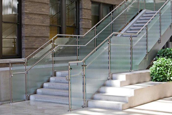 Перила из нержавеющей стали можно использовать для ограждения уличных лестниц