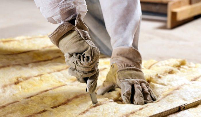 При работе с минеральной ватой для защиты органов дыхания применяют респираторы, а для защиты кожи — специальную одежду и перчатки