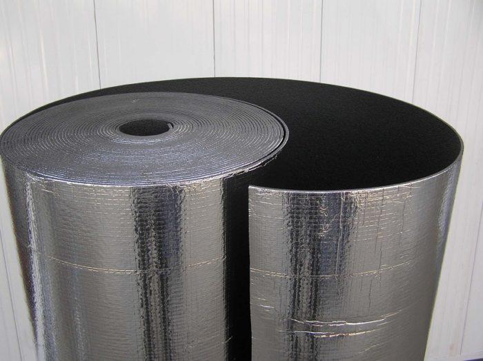 Фольгированный утеплитель представляет собой многослойный материал, состоящий из полиэтиленовой пены закрытопористой структуры различной толщины и алюминиевой фольги