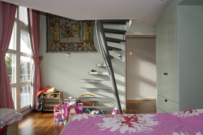 Компактная металлическая лестница на чердак