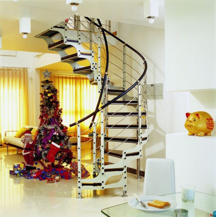 Сборная металлическая винтовая лестница заводского изготовления