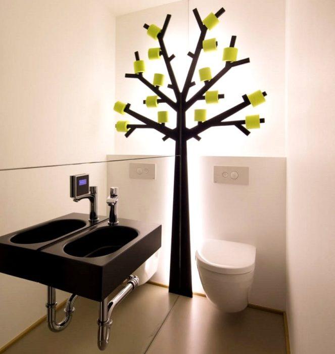 Зеркальная стена сделает пространство маленького туалета в два раза больше