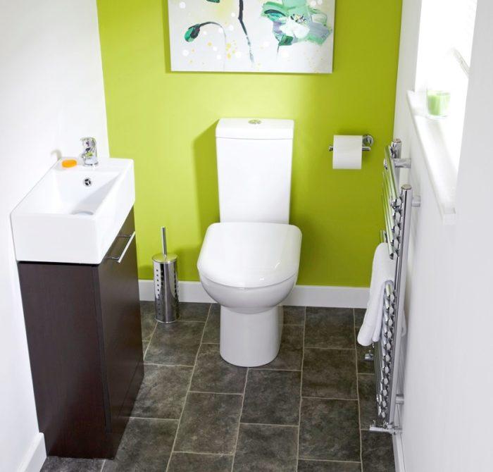 Одна стена туалета окрашена в салатовый цвет