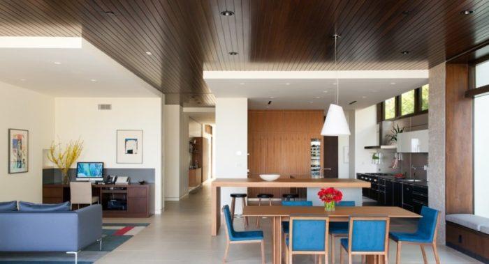 Двухуровневый потолок в кухне-гостиной