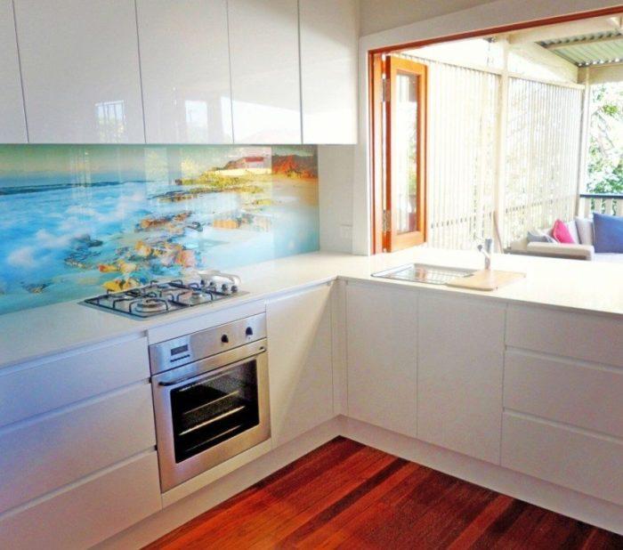 На стеклянный фартук нанесено изображение морского берега