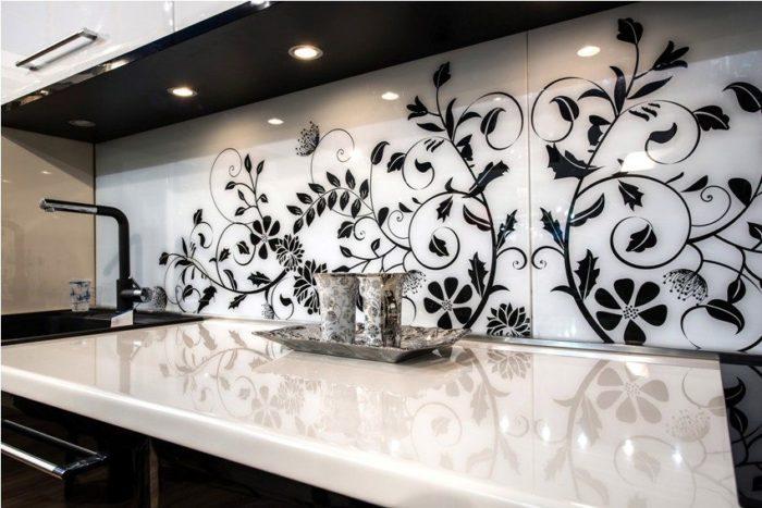 Черно-белый рисунок скинали перекликается со цветом тумбочек