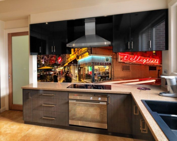 Яркий принт и подсветка на кухонной рабочей стене