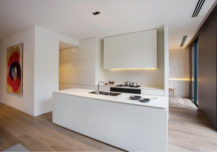 Кухонная мебель и фартук выполнены из одинаковых МДФ-панелей