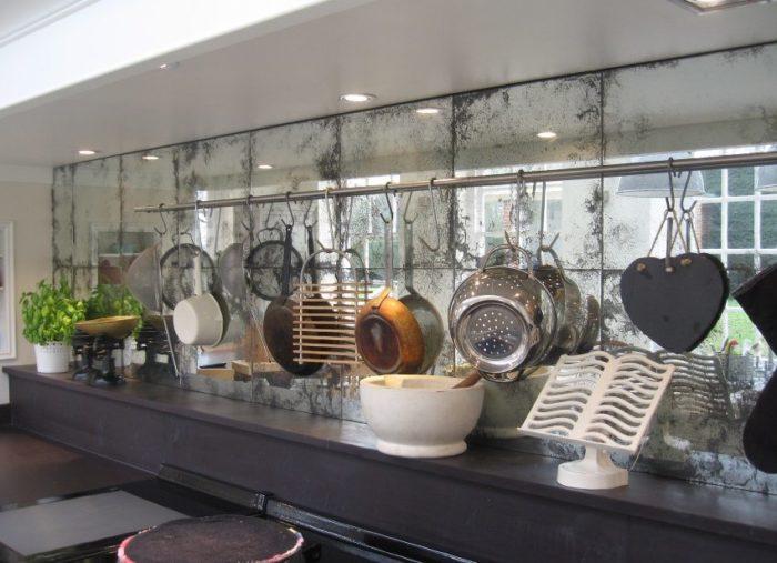 Искусственно состаренная зеркальная плитка в винтажном стиле