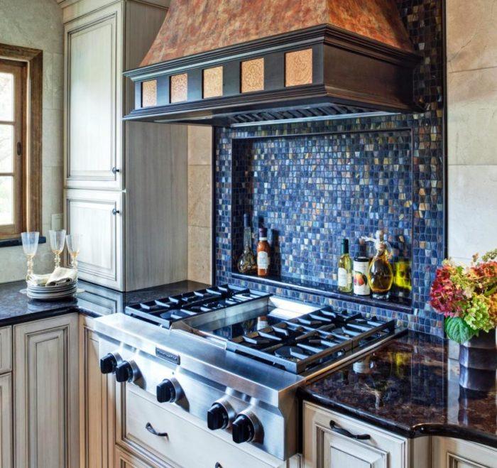 Ниша над газовой плитой облицована мозаикой синего цвета