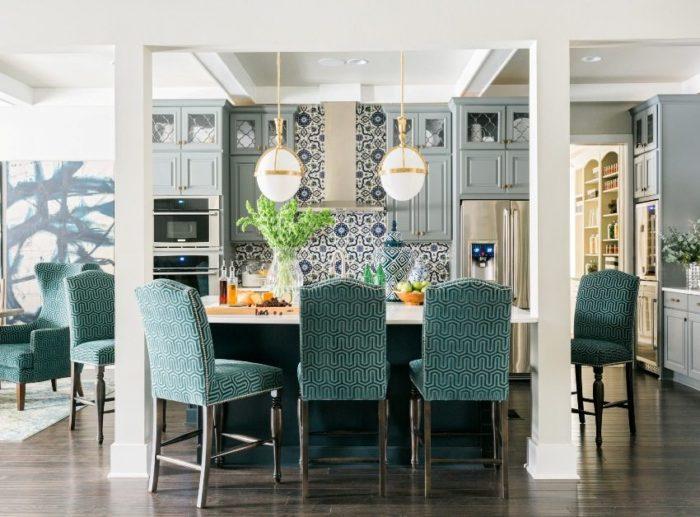 Фартук с цветочным рисунком на кухне, оформленной в классическом стиле