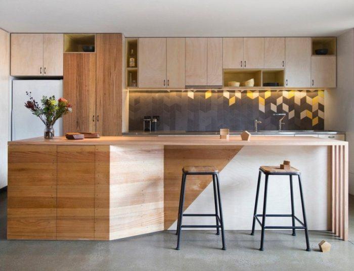 Для облицовки кухонного фартука использована плитка оригинальной формы