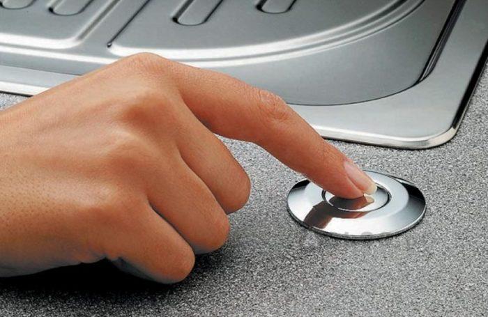 Кнопка для включения измельчителя встроена в столешницу рядом с кухонной раковиной