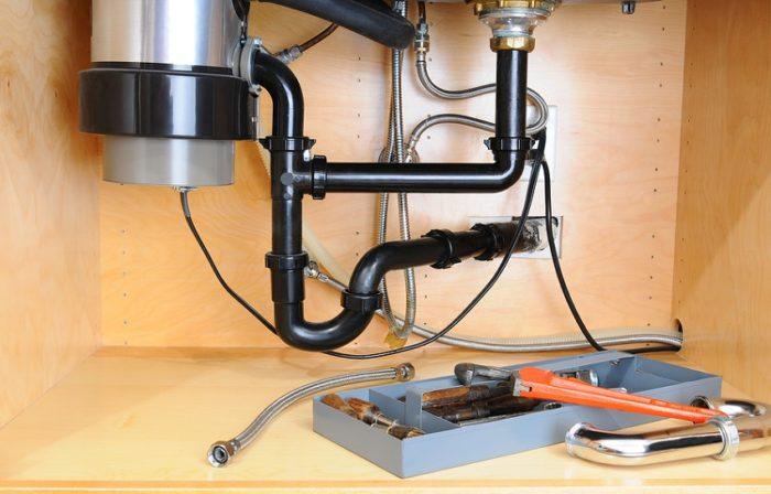Обустройство измельчителя для пищевых отходов в кухонной тумбе под раковиной