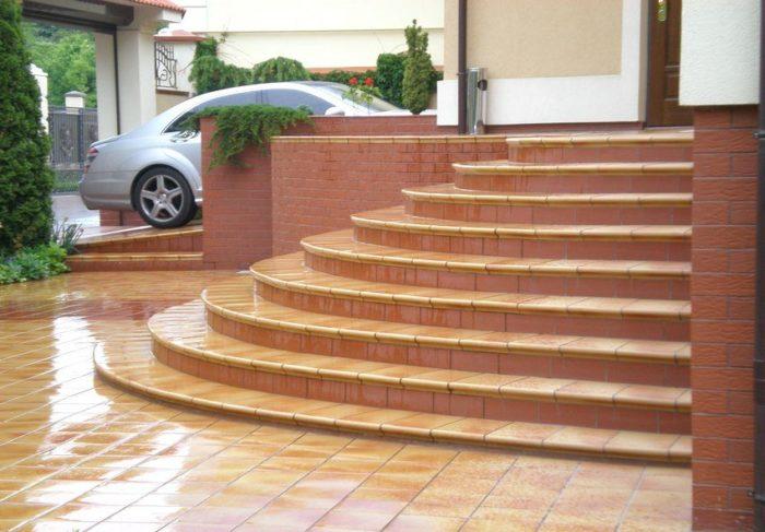 Крыльцо, ступени и площадка перед зданием оформлены с помощью морозостойкой керамогранитной плитки