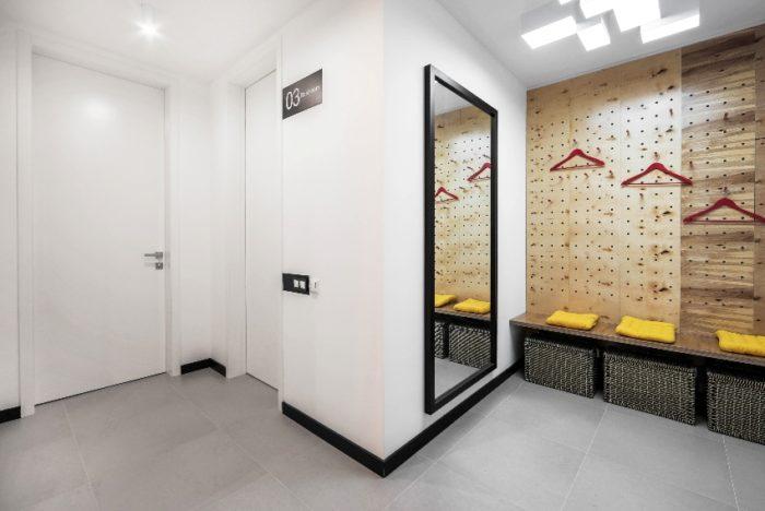Лаконичный стиль оформления входной двери в белом цвете