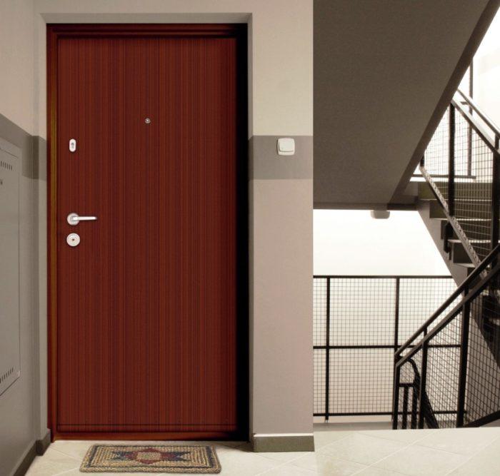 Внутренняя и внешняя обшивка двери может отличаться, в основном со стороны подъезда она более скромная