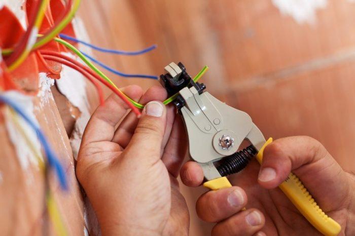 Зачистку проводов нужно осуществлять только при выключенном электропитании