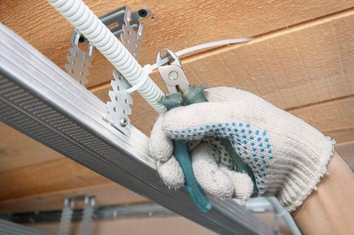 Электропроводку можно спрятать в каркасе подвесного потолка