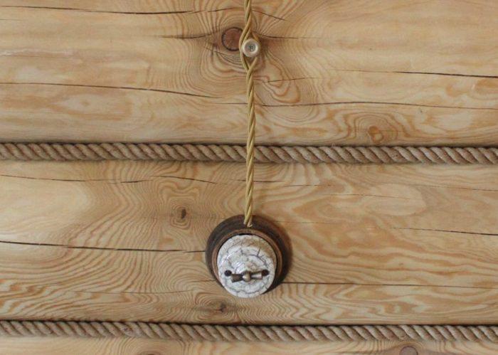 Открытая проводка в стиле ретро часто используется в деревянных домах