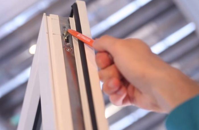 Перед установкой прокладки необходимо отрегулировать фурнитуру окна