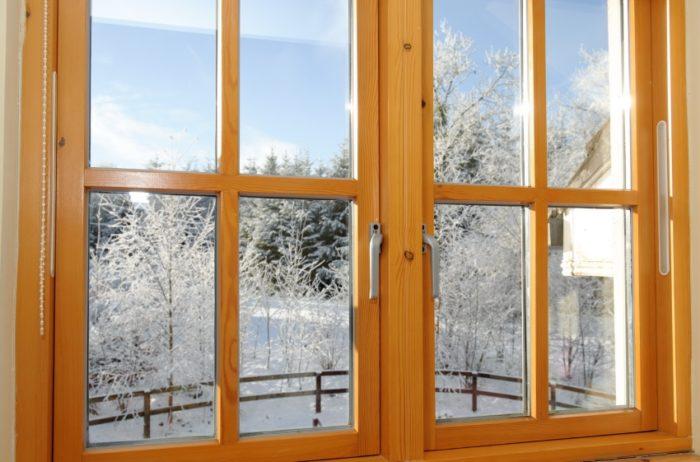 При своевременной замене уплотнителя деревянные окна прослужат дольше
