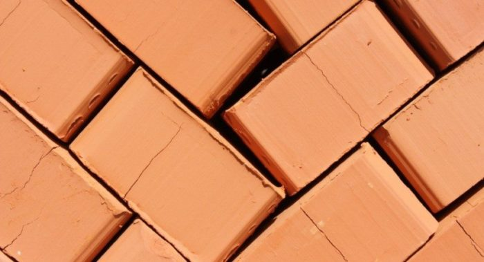Красный кирпич используется в широком диапазоне строительных работ