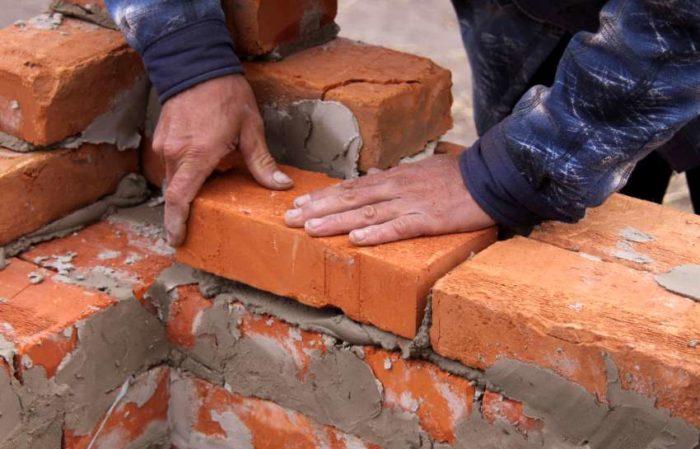 Полнотелый кирпич — распространенный материал для возведения домов