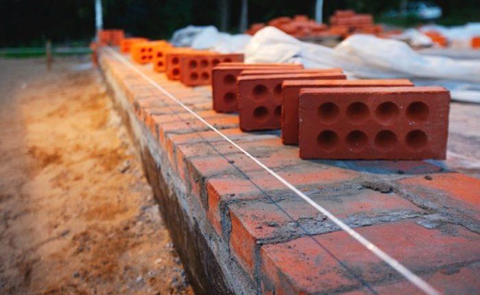 Из красного кирпича можно возводить фундамент и цоколь здания