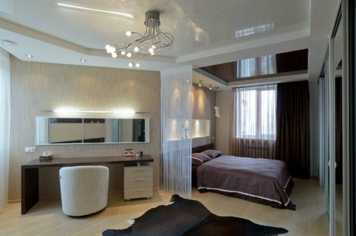 Использование двух оттенков натяжных потолков в спальной комнате