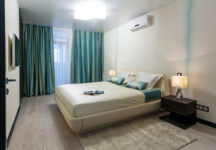 Сатиновый натяжной потолок в спальной комнате