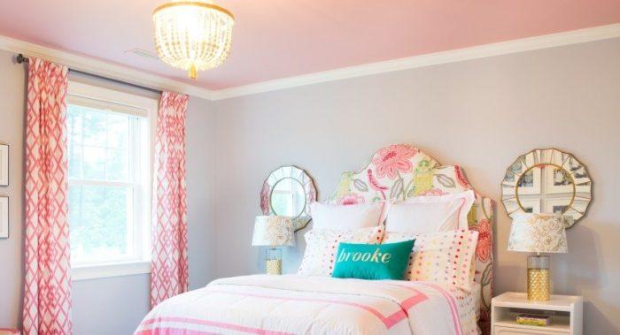 Матовый натяжной потолок розового цвета в спальне