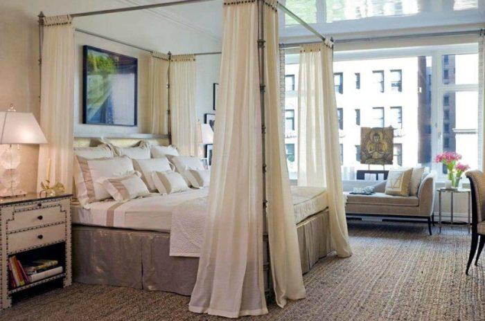 Глянцевый натяжной потолок отражает пространство и зрительно увеличивает комнату