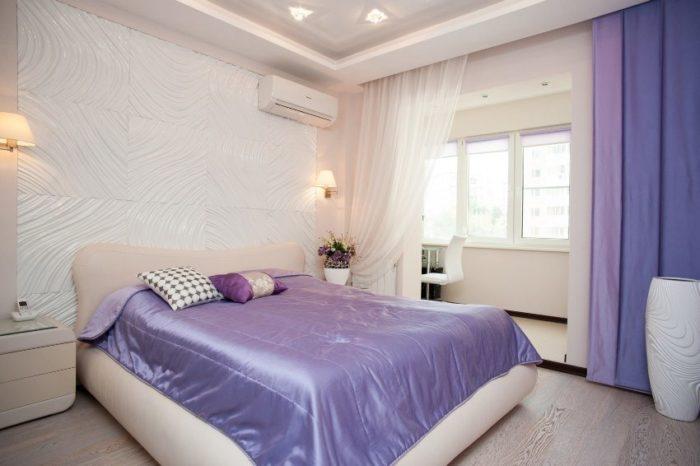 Центральная часть потолка в спальне оформлена с использованием ПВХ-пленки