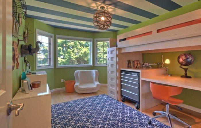Тканевый натяжной потолок в синюю и белую полоску в детской