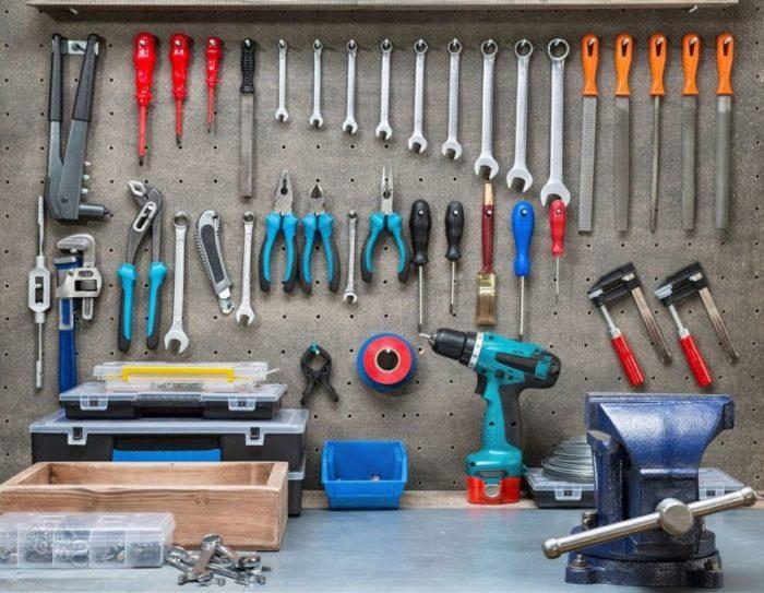 На отрытом стенде с кронштейнами можно расположить часто используемые мелкие инструменты