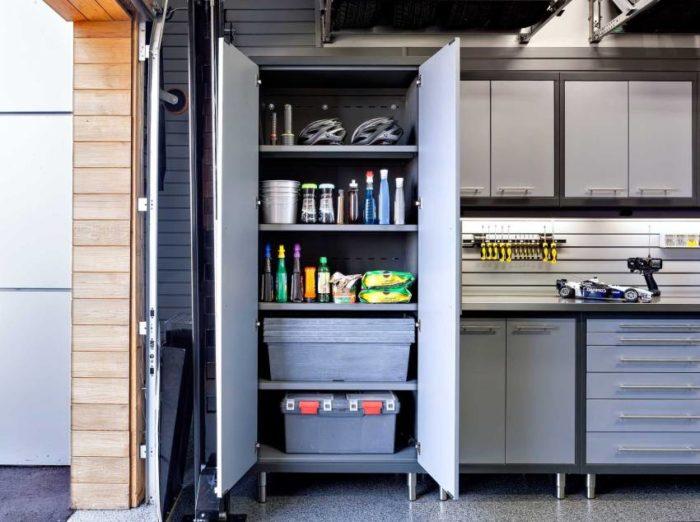 Вместительный шкаф-стеллаж с распашными дверцами