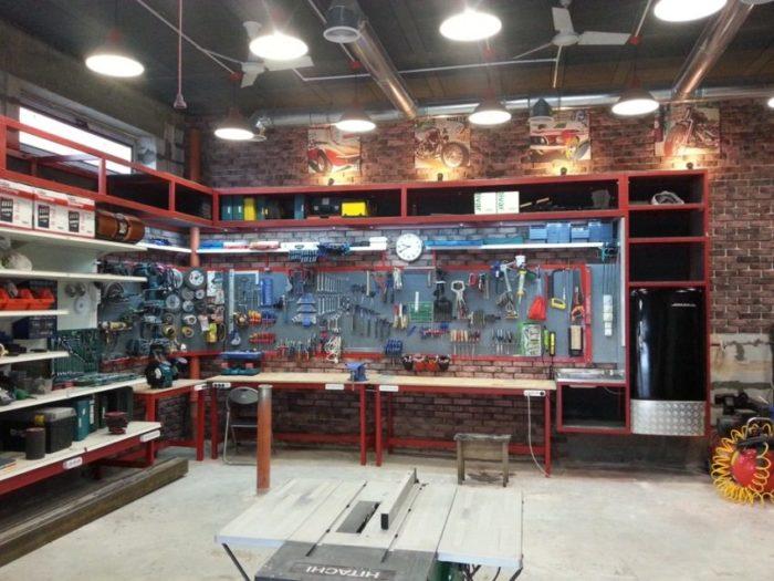 Грамотная организация в гараже систем хранения и освещения