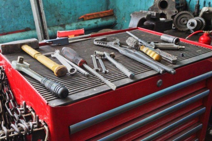Альтернативой стационарным шкафам может служить мобильный стеллаж для инструментов