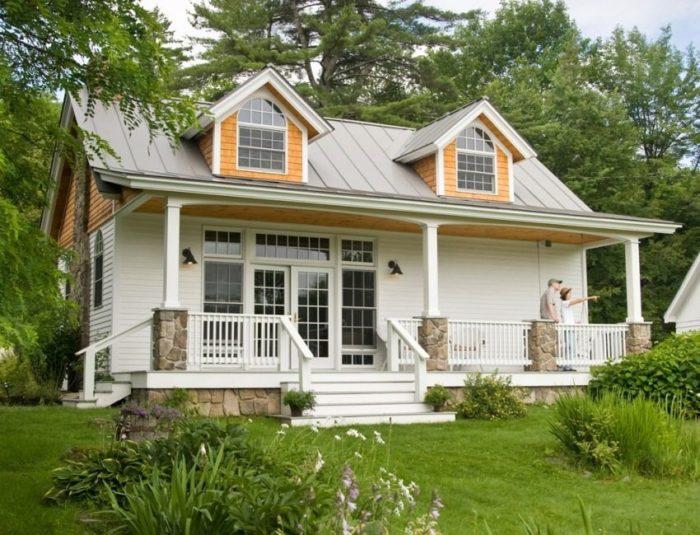 Каркасный одноэтажный дом облицован виниловым сайдингом
