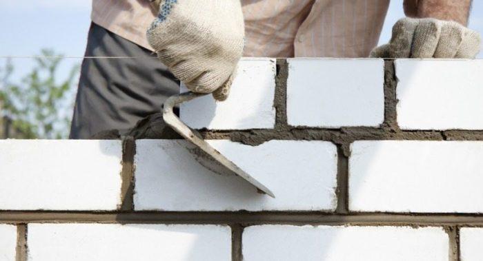 Строительство стены из белого силикатного кирпича
