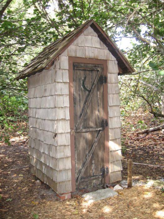 Туалет из деревянной дранки