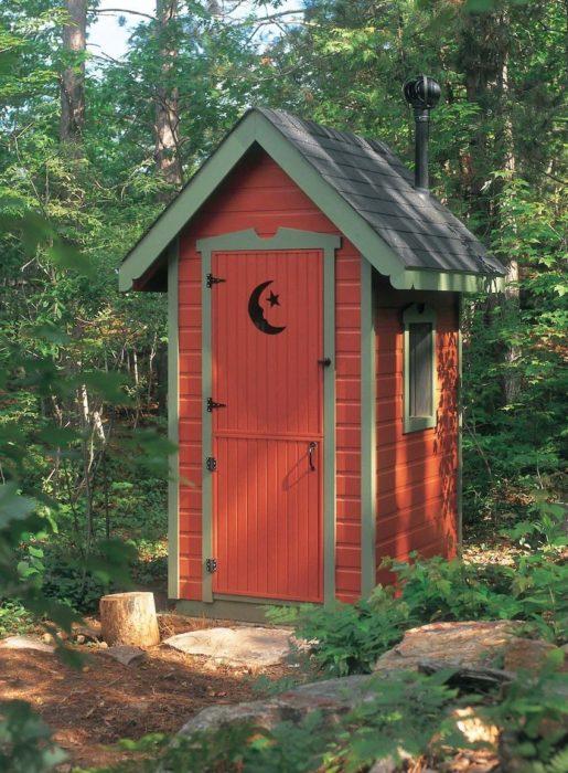 Туалет на даче обшитый сайдингом смотрится весьма неплохо
