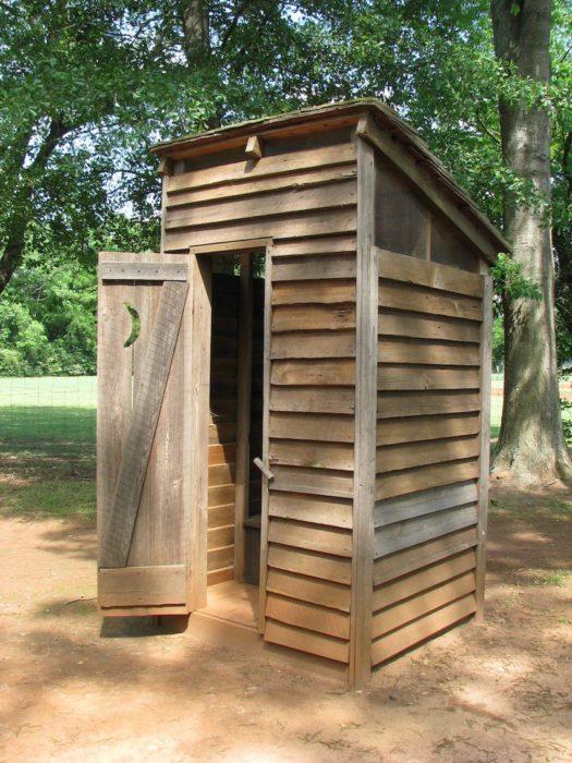 Туалет на даче из необрезной доски