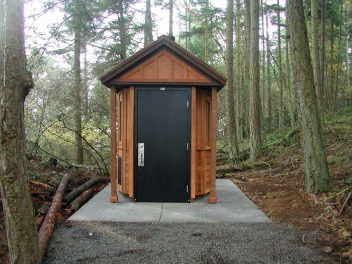 Утепленный туалет на бетонном основании с металлической дверью